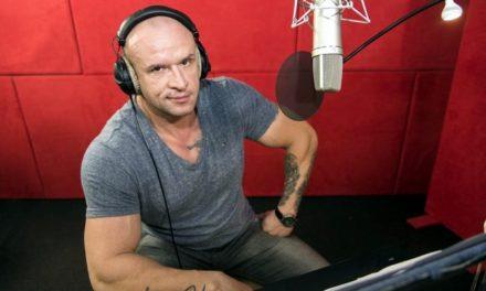 """Tomasz Oświeciński dubbinguje w filmie """"Rock Dog""""."""